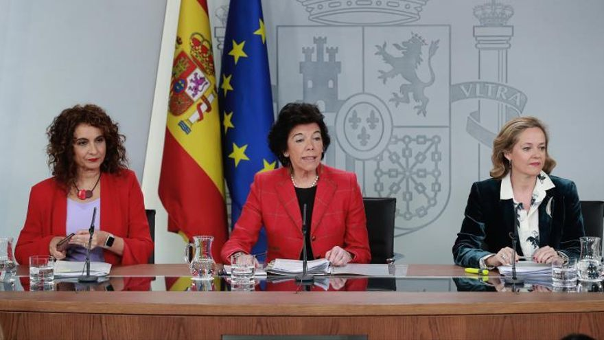 La portavoz del Gobierno, Isabel Celaá (c), la ministra de Hacienda, María Jesús Montero (i), y la de Economía, Nadia Calviño (d), durante la rueda de prensa posterior a la reunión del Consejo de Ministros en el que se han aprobado los Presupuestos generales del Estado 2019.