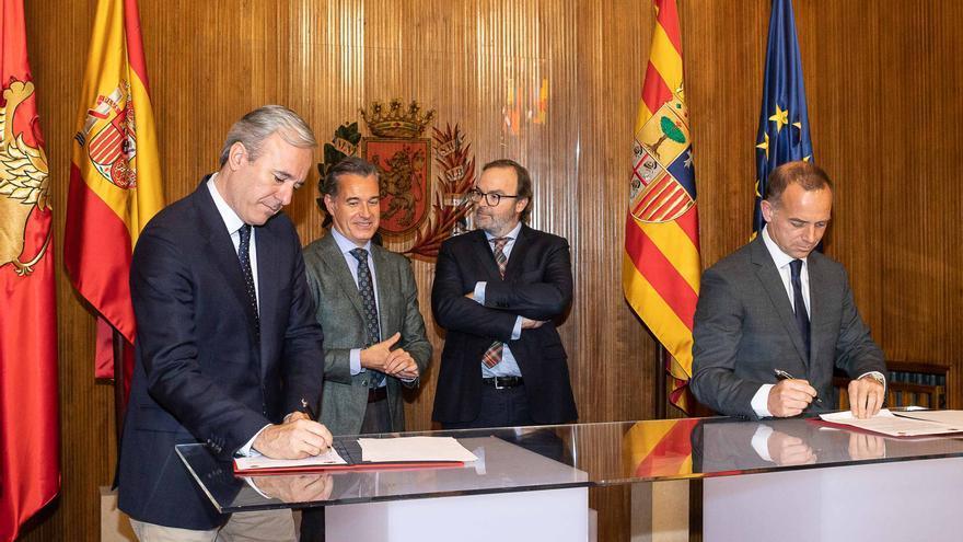 El alcalde de Zaragoza firmando el convenio con el presidente del Real Zaragoza