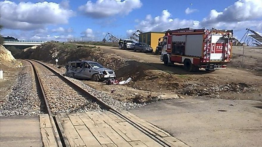 Muere al ser arrollado su coche por un tren en un paso a nivel de Huelva