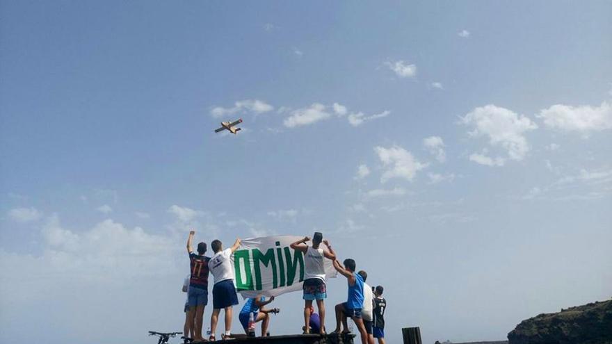 Ciudadanos dando ánimos a los trabajadores contra el incendio de La Palma