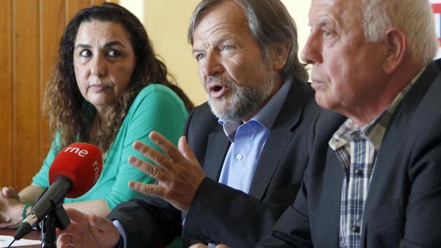 El adjunto a la Secretaría General de CCOO para la Presidencia de la Confederación Europea de Sindicatos, Javier Doz (c), el presidente del comité de empresa de Airbus y procesado por la Huelga General de 2010, José Alcáraz Blázquez (d), y la secretaria de Política Institucional de la organización en Canarias, Flor Acosta