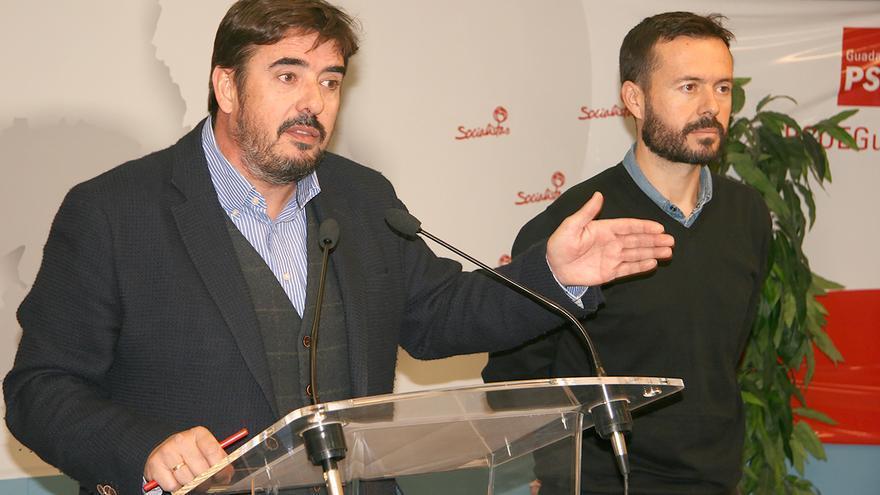 Rafael Esteban (izquierda) junto al también diputado regional José Luis Escudero
