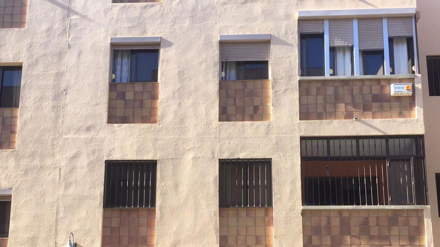 Fachada de la casa en la que apareció degollado Luis Fernández, propietario de Luis Sport