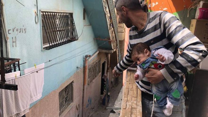 Adham con su hijo en el campamento de refugiados de Palestina de Deisheh