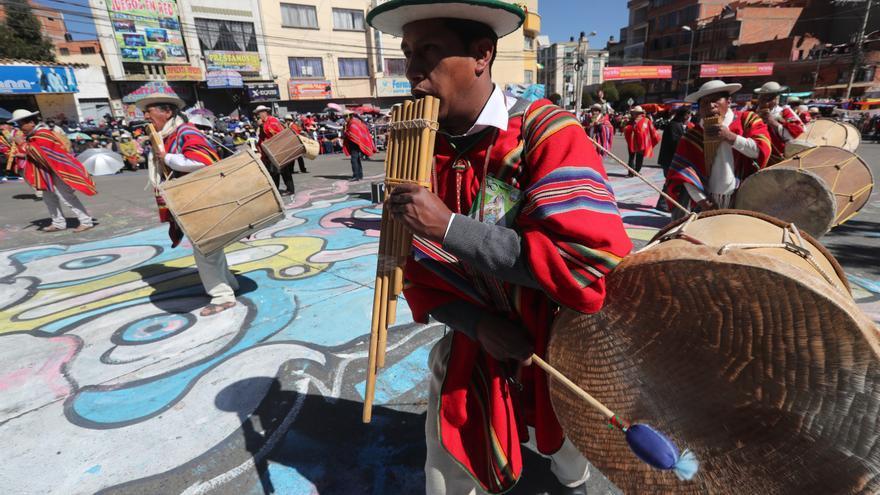 Con barbijos y pruebas de covid se realiza un desfile folclórico en Bolivia