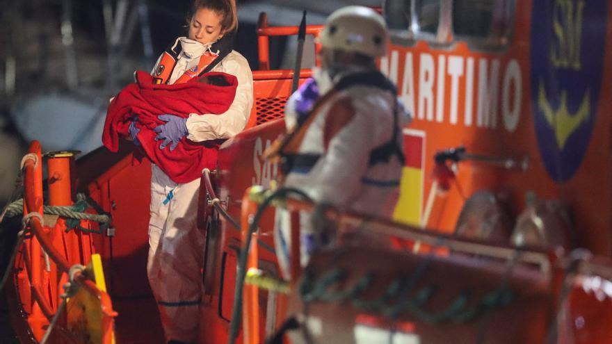 Llegada de 24 adultos y una bebé al muelle de Arguineguín tras ser rescatados por la la Salvamar Menkalinan.