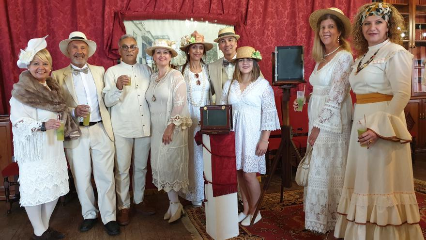 Los asistentes a la inauguración de la muestra lucieron elegante vestimenta antillana.