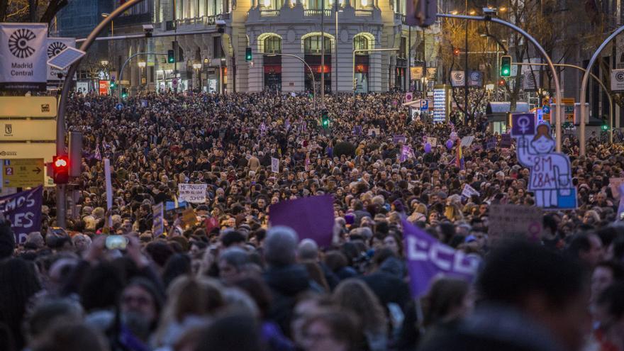 Una marea profunda. Mujeres, niñas, hombres... Decenas de miles de cabezas en la calle de Alcalá