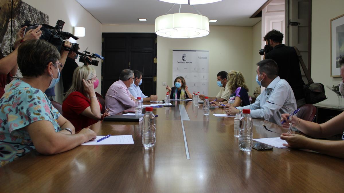 Aurelia Sánchez durante su reunión con representantes de Acescam y Artecam