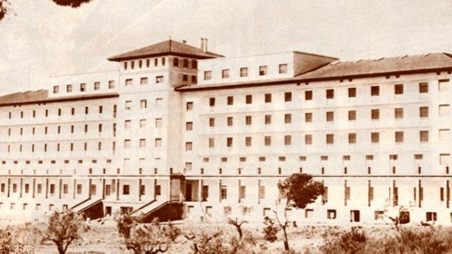 Portaceli en 1949. El edificio del Hospital, ya reconstruido, ante el patio de los olivos