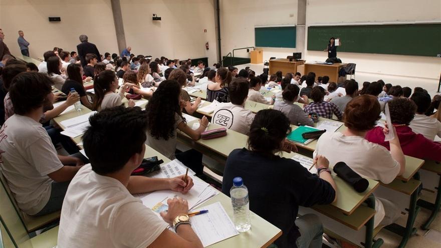 Aula con estudiantes universitarios.