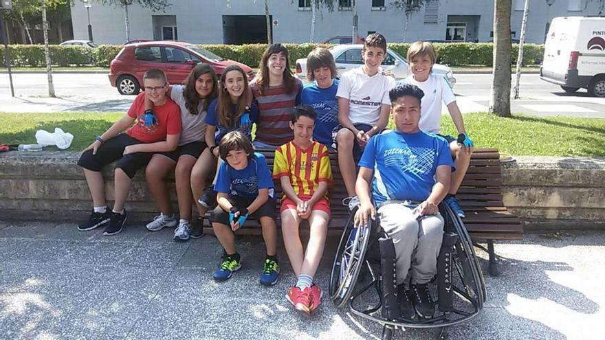 La deportista Miren Lanzagorta con algunos de los participantes en el Campus de Deporte Inclusivo del CD. Zuzenak