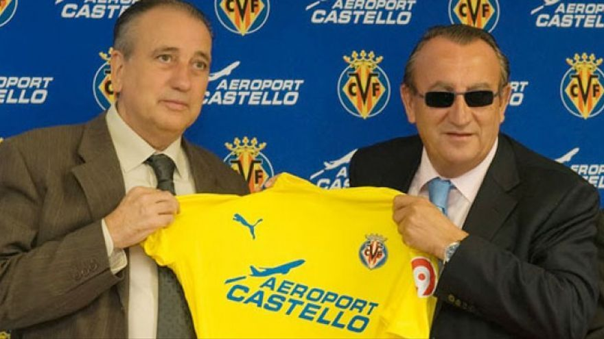 L'amo del Vila-real, Fernando Roig, i Carlos Fabra posen amb la camiseta del Vila-real, patrocinada per l'Aeroport de Castelló quan encara no funcionava.