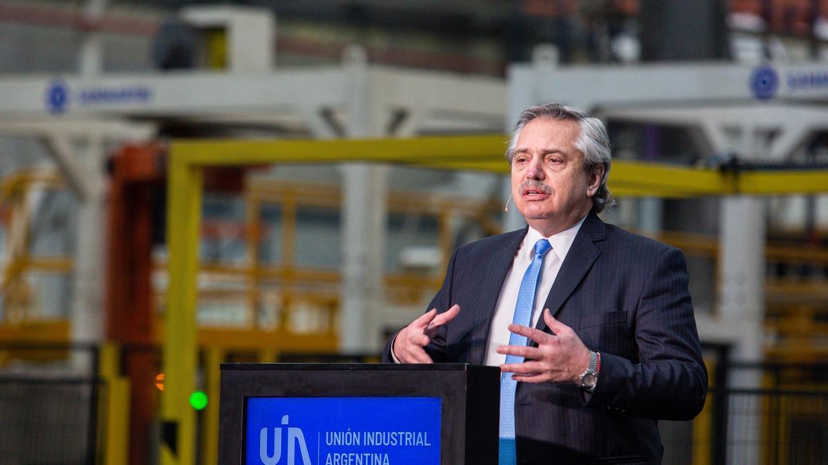 En 2020, el Presidente estuvo en el Centro de Operaciones de Sinteplast en el partido bonaerense de Ezeiza para participar en el acto por el Día de la Industria.