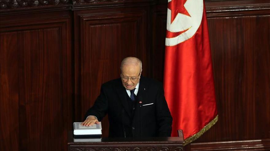"""Caid Essebsi condena el """"cobarde"""" atentado de París en un mensaje a Hollande"""