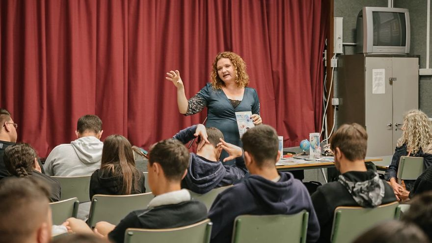 Julieta Martín con los alumnos.