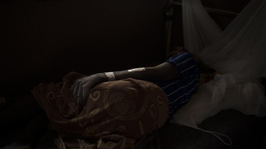 Thérèse Erede, de 45 años, reposa en el de Bambari tras resultar herida a causa de varios disparos.