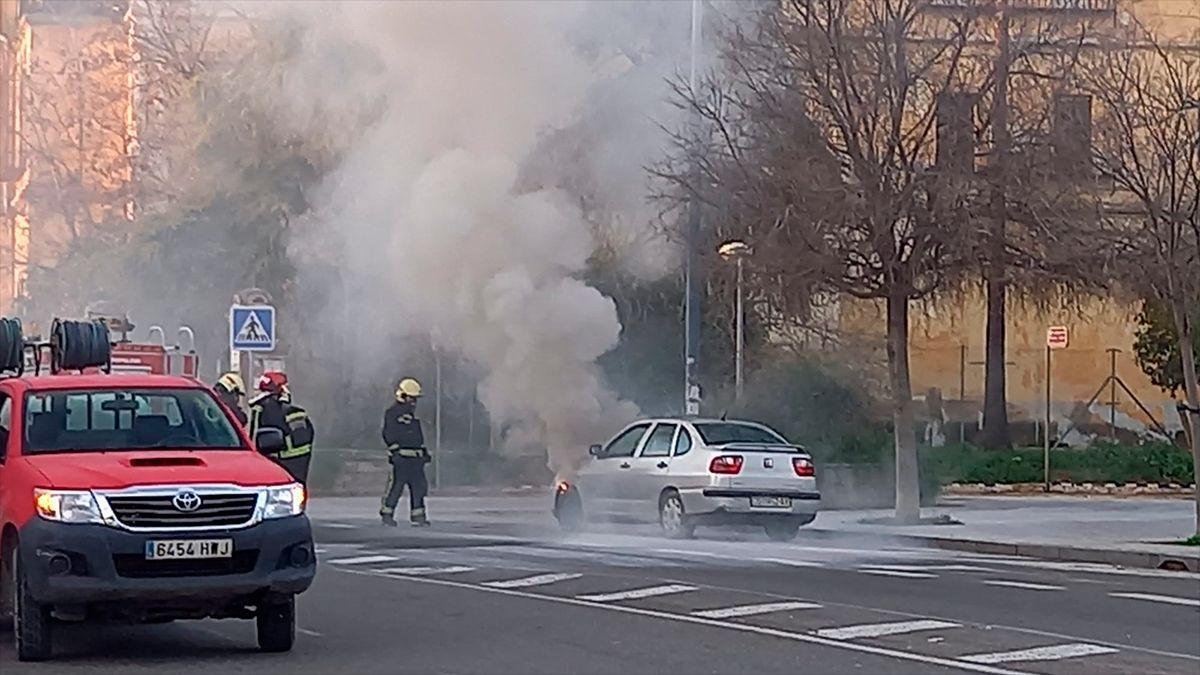 Los bomberos actúan ante el vehículo ardiendo en el Marrubial