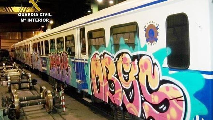 Grafitis en trenes en una imagen de archivo difundida por la Guardia Civil
