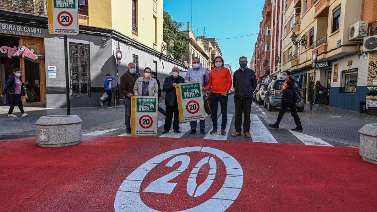 El regidor de Mobilitat, Giuseppe Grezzi, al costat de membres de l'associació de veïns de Benimaclet.
