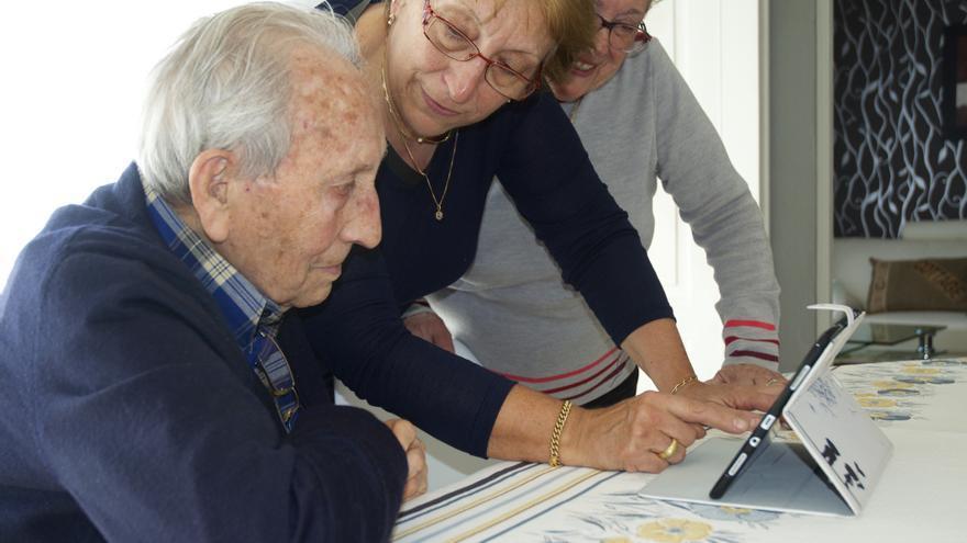 José Alcubierre, junto a su hija y su esposa, en el momento de confirmar la noticia de que le habían otorgado la Legión de Honor