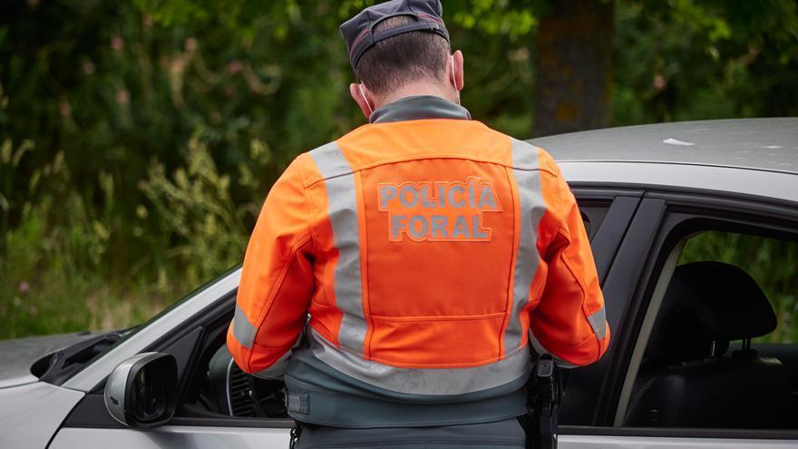 Archivo - La Policía Foral de Navarra identifica a una persona durante un control de narcotest realizado en Pamplona, Navarra, España, a 8 de mayo de 2020.