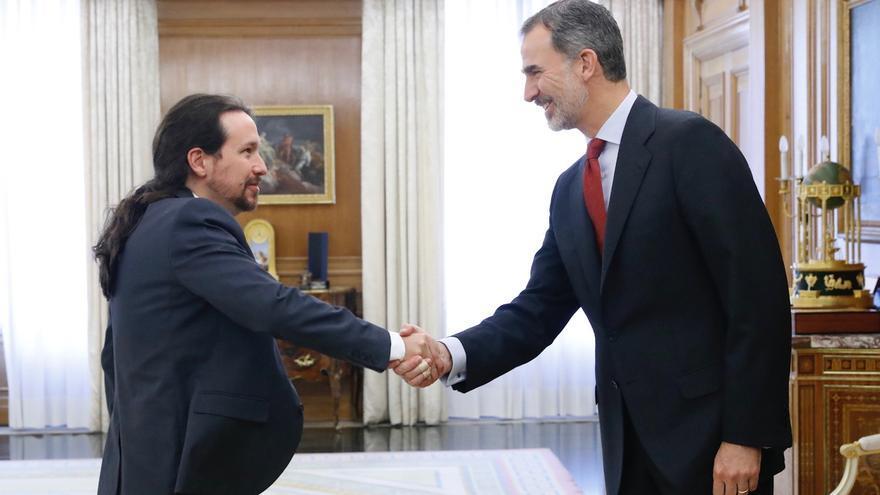 Pablo Iglesias saluda a Felipe VI en su recepción en el Palacio de la Zarzuela.
