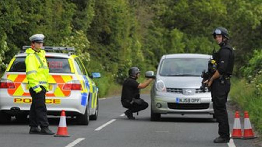 Policias británicos registran coches