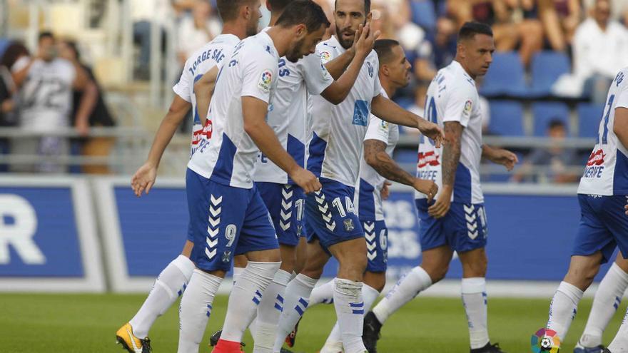 Jugadores del CD Tenerife celebran uno de los goles conseguido frente a la Cultural Leonesa en el Heliodoro.