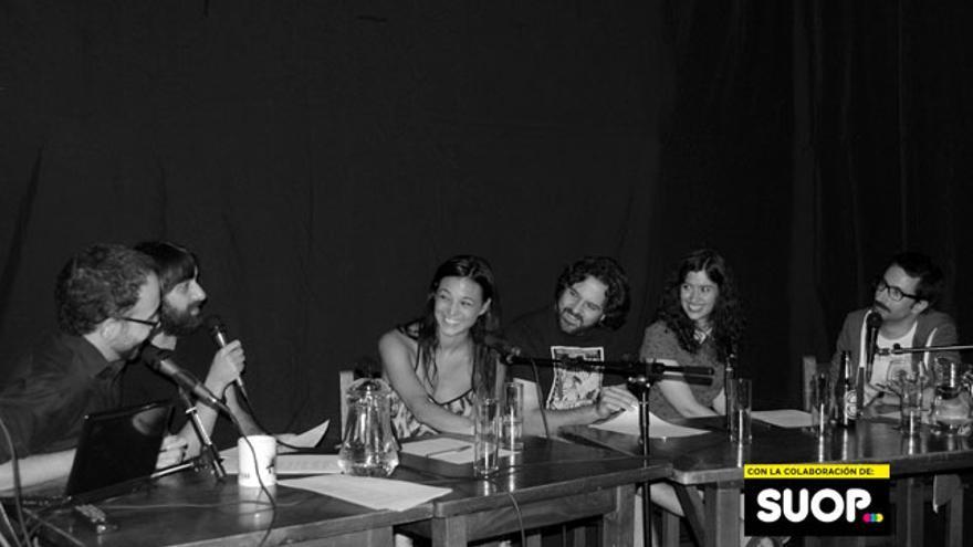 Elisa Mouliaá vino a hablar de su programa de vídeos sobre la estupidez al programa de radio desde la estupidez