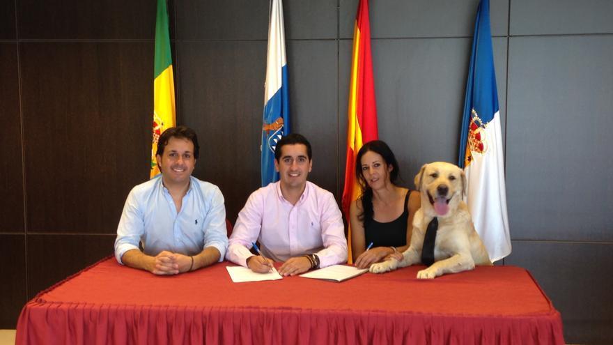 En la imagen, firma del convenio entre el Ayuntamiento de Breña Baja y Chucho´s Park.