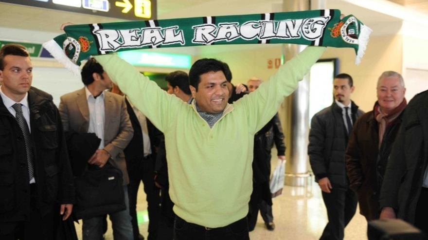 Ahsan Ali Syed a su llegada al aeropuerto de Santander para confirmar la compra del Racing.