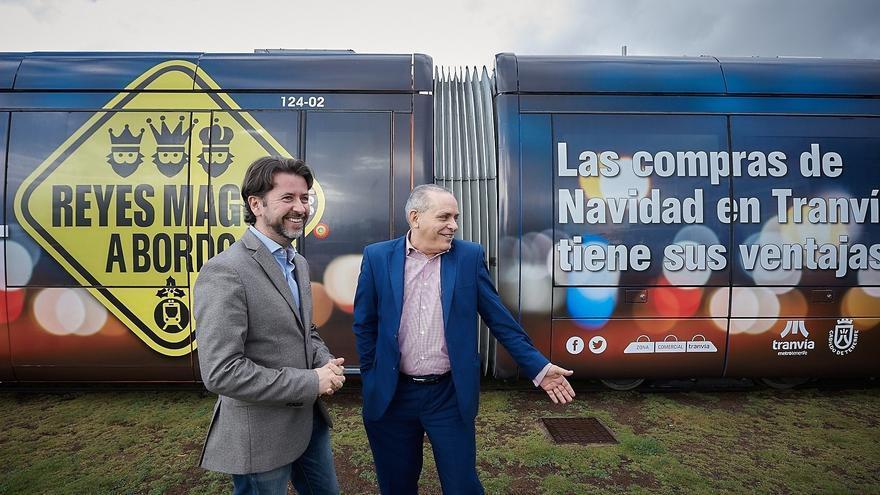 Carlos Alonso, a la izquierda, junta a Efraín Medina, en la presentación de una campaña del tranvía