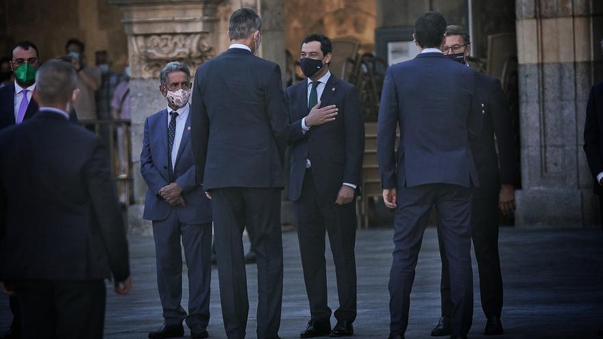 Juanma Moreno saluda al Rey Felipe VI, este viernes en Salamanca
