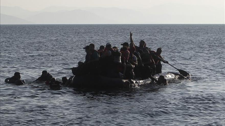 Un grupo de refugiados procedentes de Siria se dispone a desembarcar en la isla griega de Kos este noviembre.