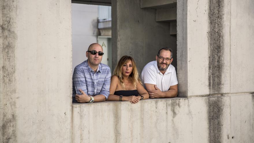 Chus, Oliver y Abel, en uno de los bloques de Carabanchel vendidos a Blackstone. / Olmo Calvo