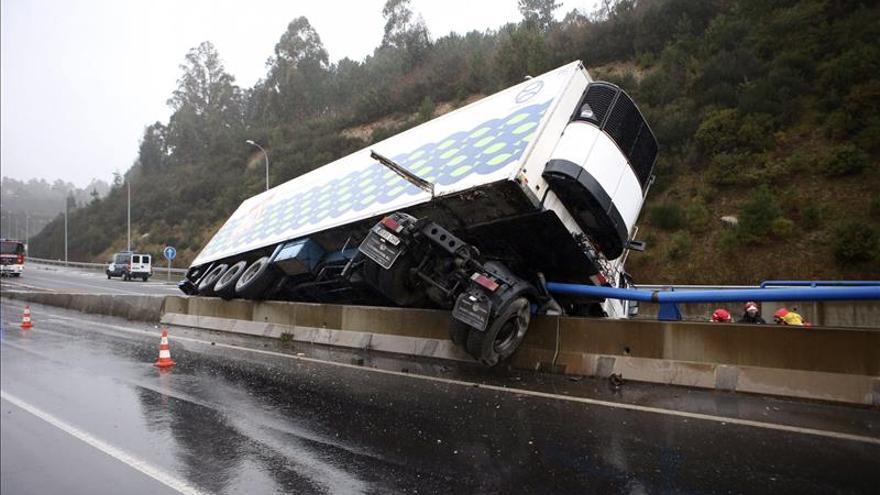 Cortada al tráfico la N-640 a su paso por Vilagarcía por un camión volcado