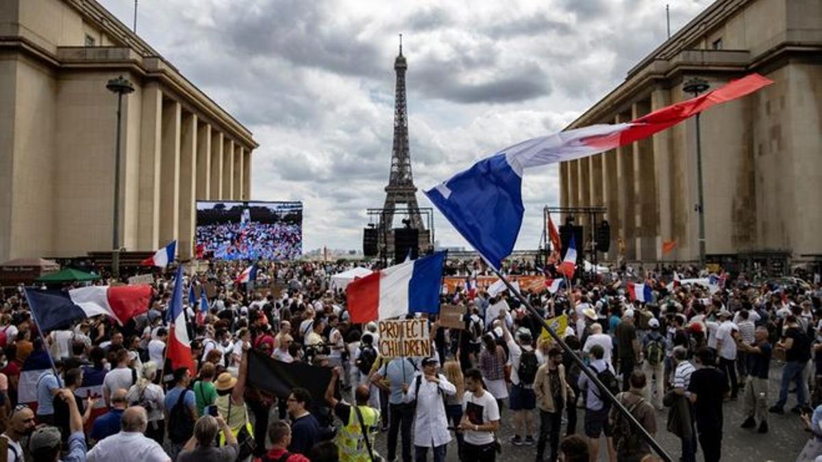 Miles de manifestantes en Trocadero, cerca de la Torre Eiffel, durante una protesta este sábado contra el pase sanitario en París.