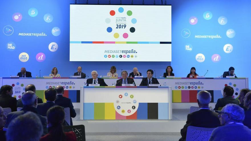Paolo Vasile, Alejandro Echevarría y otros directivos en la Junta General de Accionistas