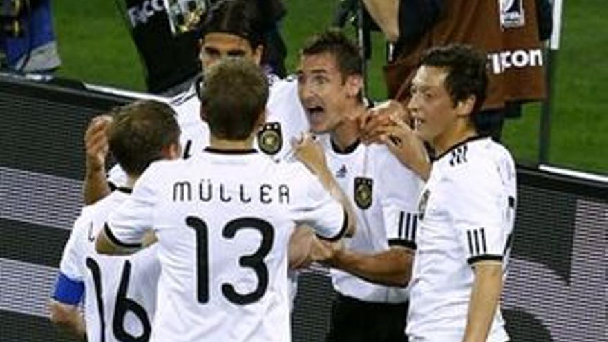 Los jugadores alemanes celebran el gol de Miroslav Klose. (REUTERS)