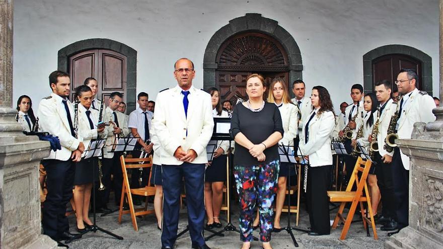 Guadalupe González con la Banda de Música San Miguel. Foto: JOSÉ AYUT.