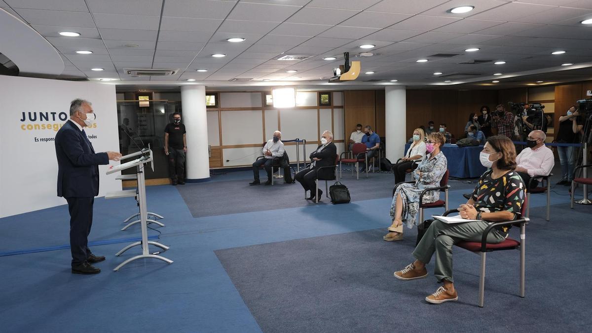 El presidente de Canarias, Ángel Víctor Torres en la rueda de prensa posterior a la sesión de la Mesa General de la VII Concertación Social. EFE/Ángel Medina G.