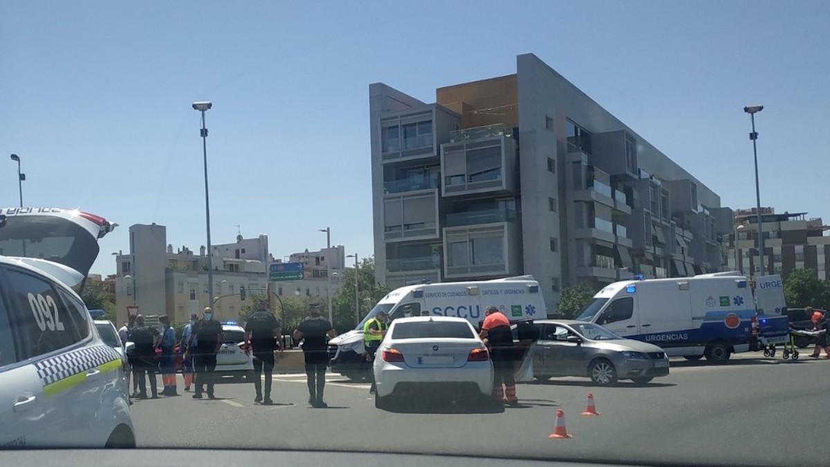 Servicios de emergencias atendiendo el accidente de tráfico