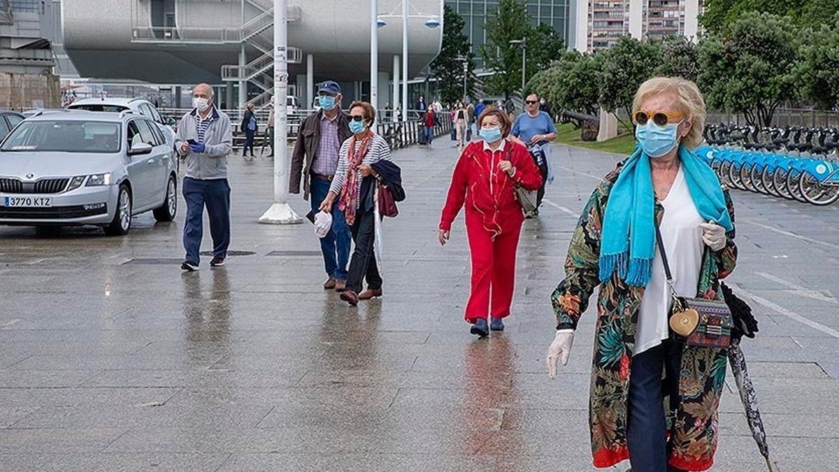 Archivo - Gente paseando por Santander con mascarilla