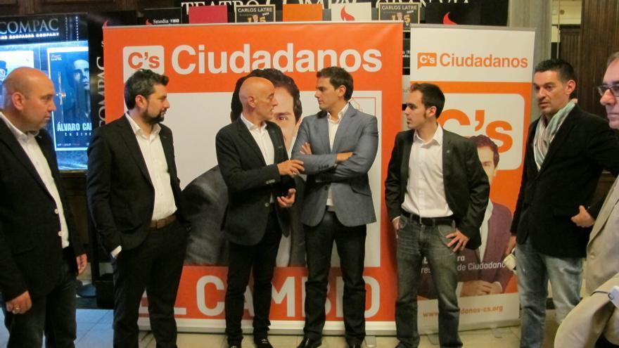 Rivera con una representación de Ciudadanos en Euskadi.