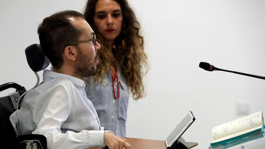 El secretario de Organización, Pablo Echenique, y la portavoz de la ejecutiva, Noelia Vera, en una rueda de prensa.