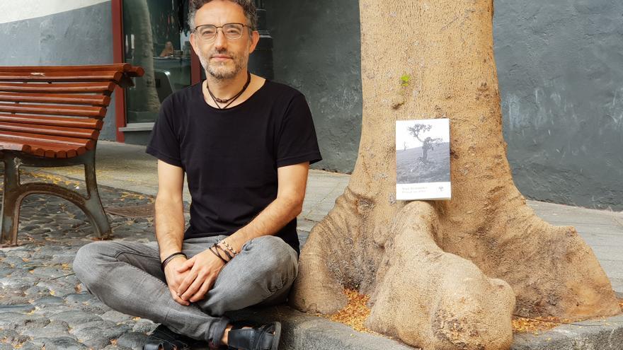 Yose Fernández junto a su novela 'Pensar un árbol'.