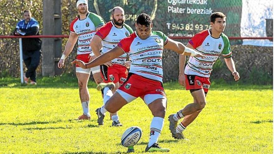 El jugador Loketi Manu, en el centro de la imagen, acusado de un delito de abuso sexual