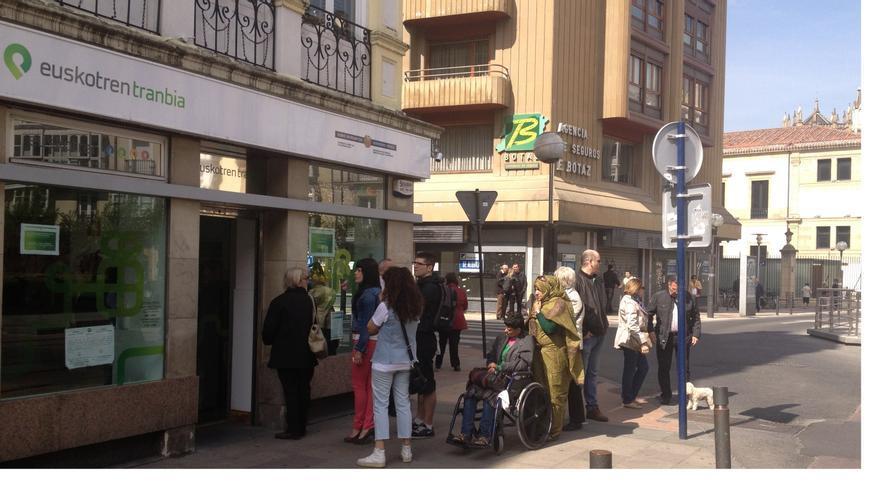 Los usuarios del travía hacen cola en las oficinas de Euskotren para renovar sus tarjetas Bat.