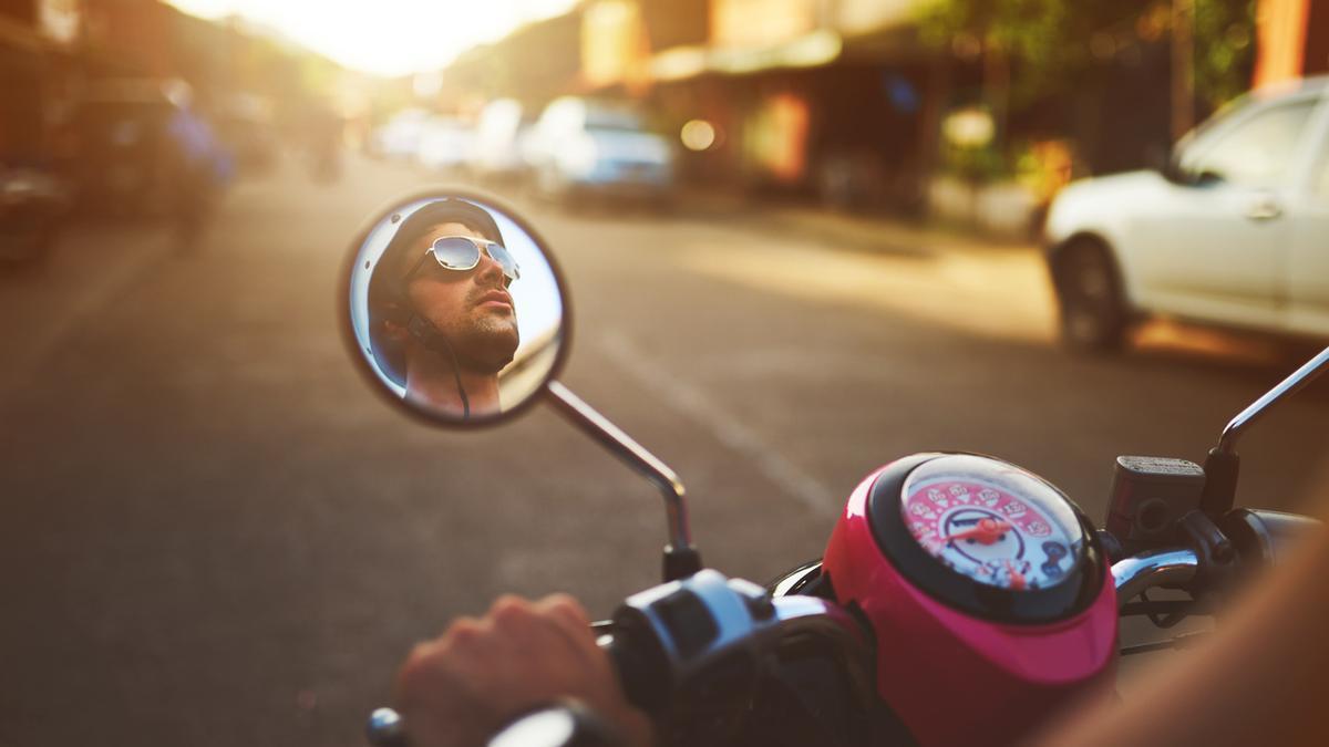 Un hombre conduciendo una motocicleta.
